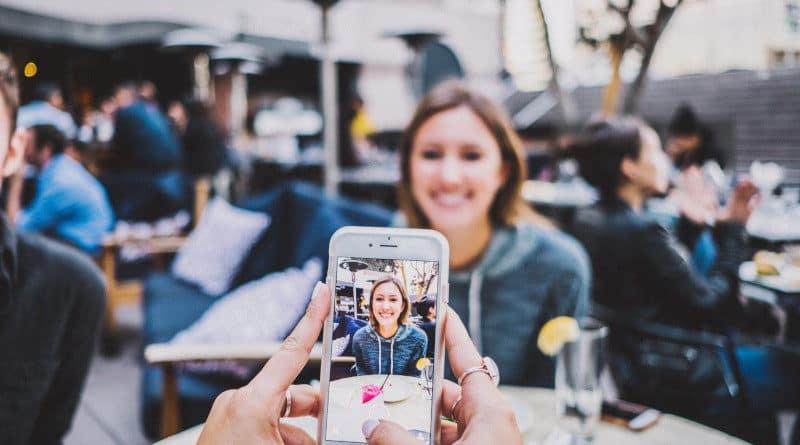 Smartphone Young Café